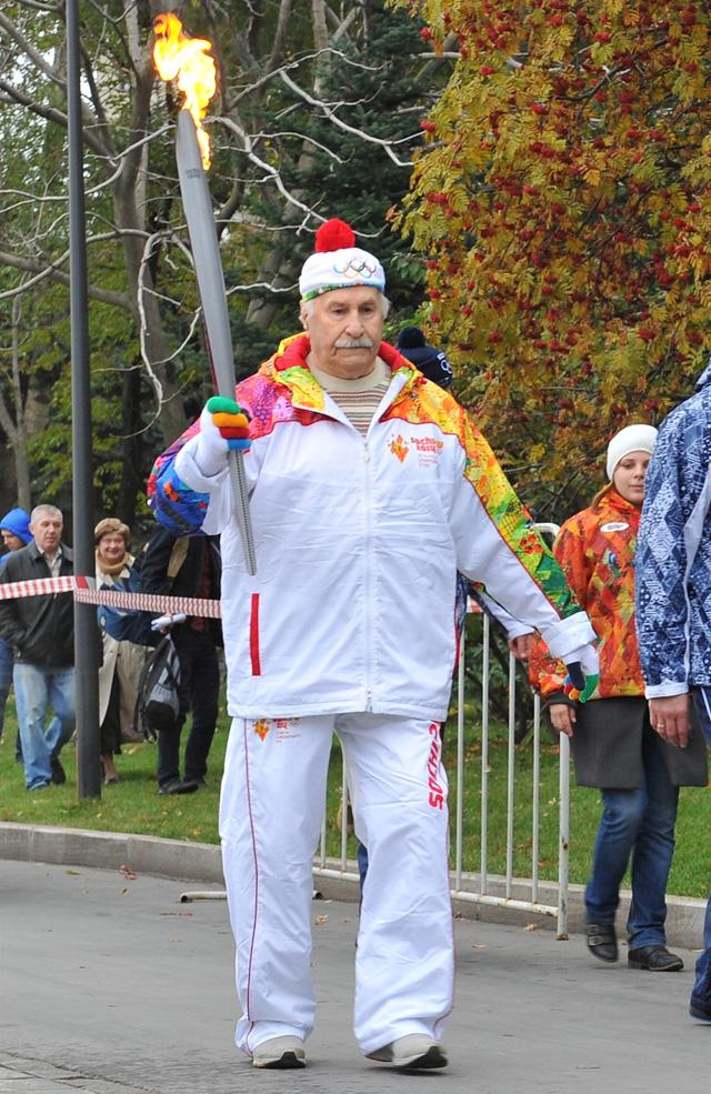 Актер Зельдин стал самым пожилым участником эстафеты олимпийского огня
