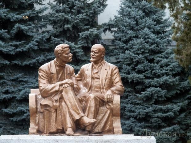 Памятник Ленину и Горькому охраняется государством / Думская