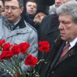 Григорий Явлинский возлагает цветы на месте убийства политика Бориса Немцова Фото: ТАСС