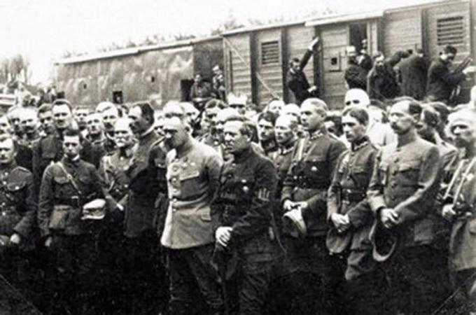 «У вагоні Директорія, під вагоном территорія» — так звучала украинская поговорка тех лет, верно характеризуя народную поддержку и значимость Петлюры.