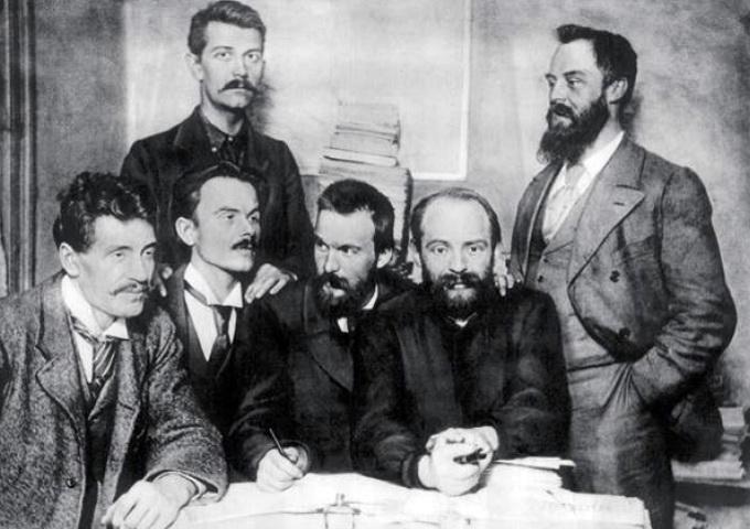 Польские социалисты в Лондоне. Слева направо: И. Мосьцицкий, А. Енджеевский, С. Миклашевский, Ю. Пилсудский, А. Дембский, В. Йодко-Наркевич. 1896 г.