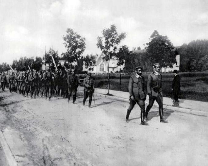 Комендант Пилсудский ведет своих стрелков на учения. Закопане, 1913 г.