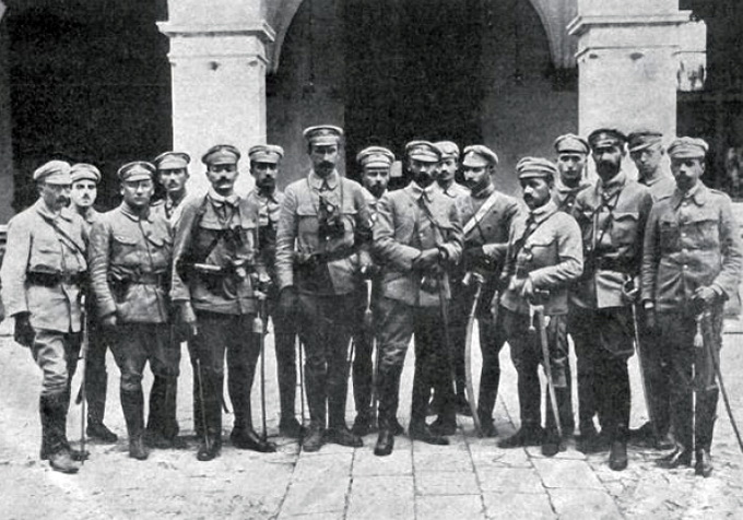Пилсудский и его штаб в отбитом у русских городе Кельцы. 1914 г